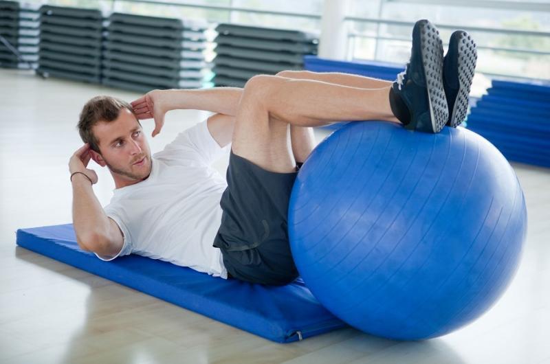 Упражнения на пресс на фитболе для мужчин
