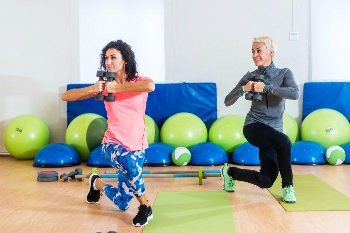 Вариант упражнения выпады с гантелями