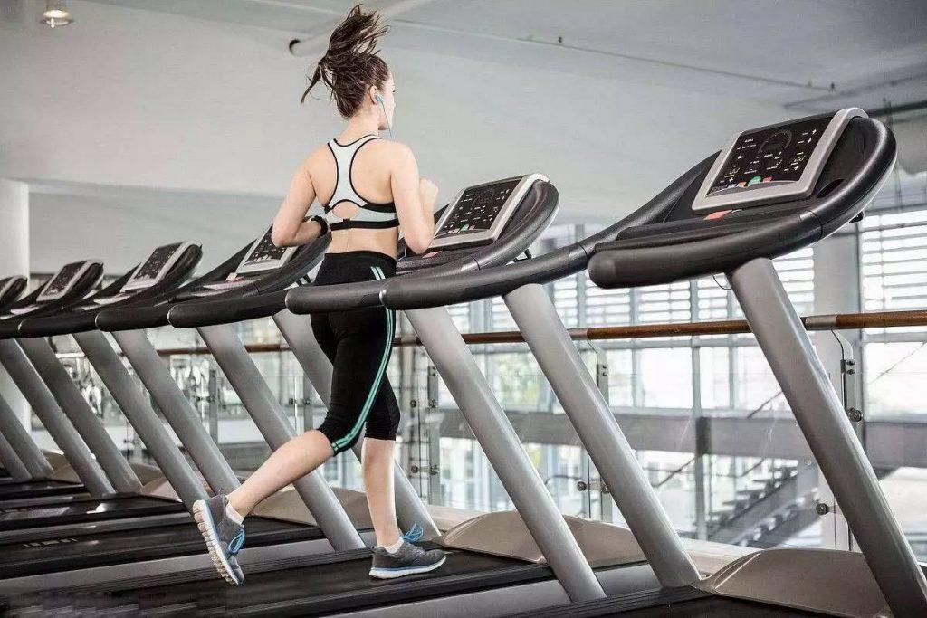 Как бег на беговой дорожке помогает похудеть