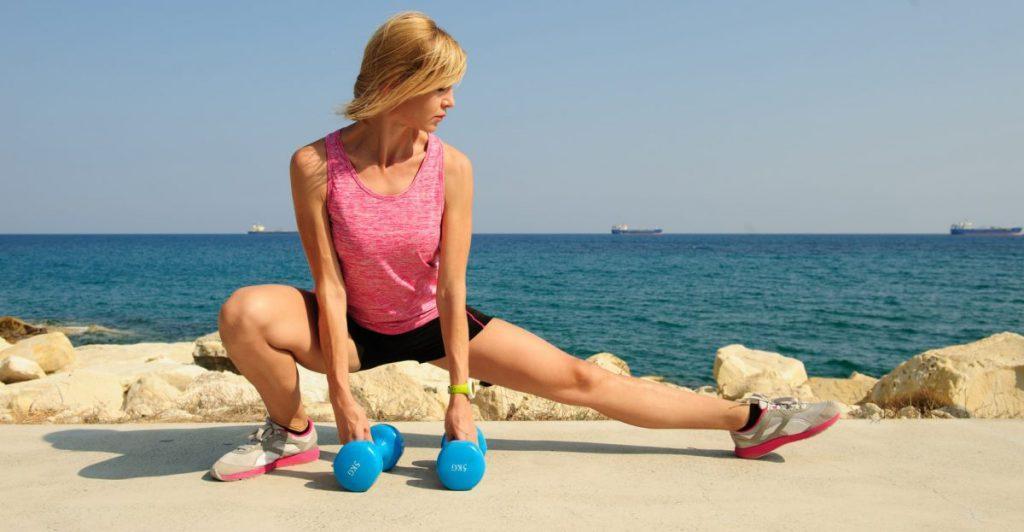 Выпады в сторону с гантелями помогают добиться максимальной проработки мышц