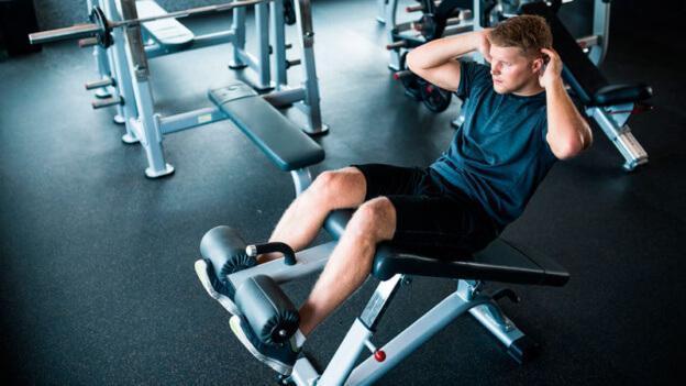 Выполнение упражнения на пресс на наклонной скамье