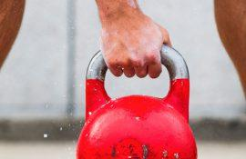Как выполняется упражнение толчок гири?