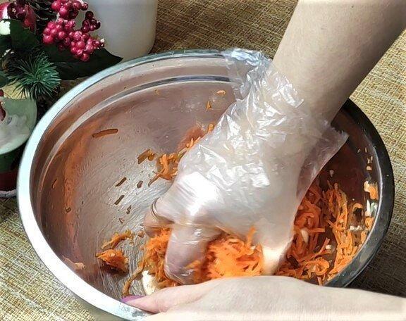 Рассказываю, как много лет в моей семье готовят морковь по-корейски.
