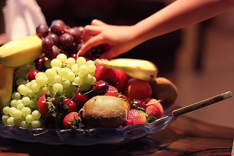 Когда лучше лакомиться фруктами: до или после еды?