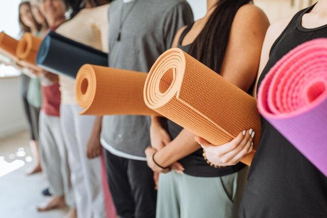 Как выбрать идеальный коврик для йоги, пилатеса и фитнеса: разбираемся во всех нюансах