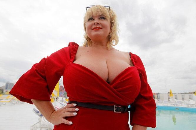 «Чужие приходят и трогают ее»: как живут женщины с очень большой грудью