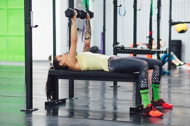 Верните груди форму: можно ли подтянуть грудь упражнениями и как это сделать?